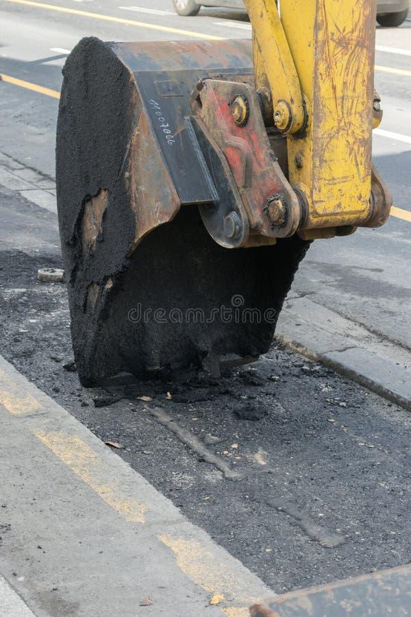 Alcatrão Asphalt Close Up Construction Roadwork de Shovel Scratching Tearing da máquina escavadora fotografia de stock