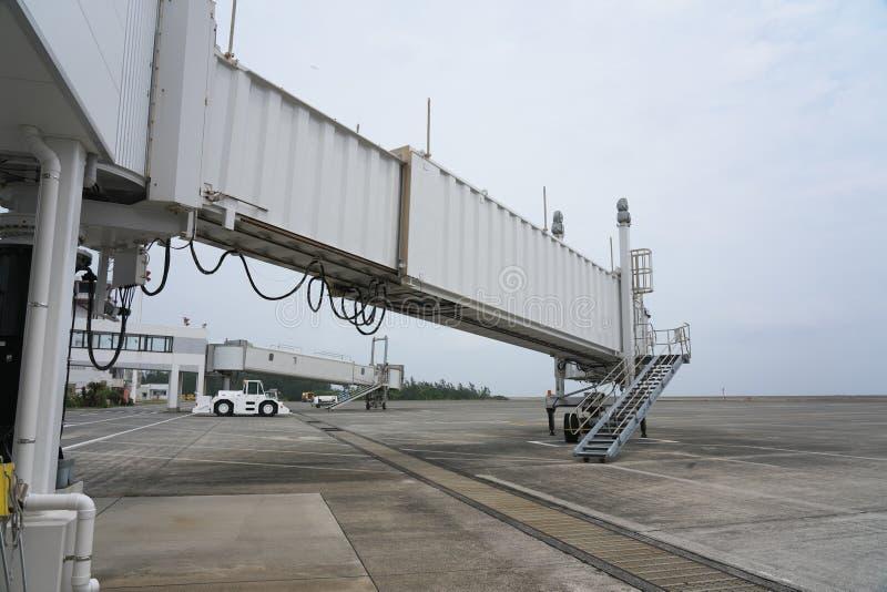 Alcatrão e pista de decolagem no aeroporto de Amami em Amami Oshima, Kagoshima, Japão fotos de stock
