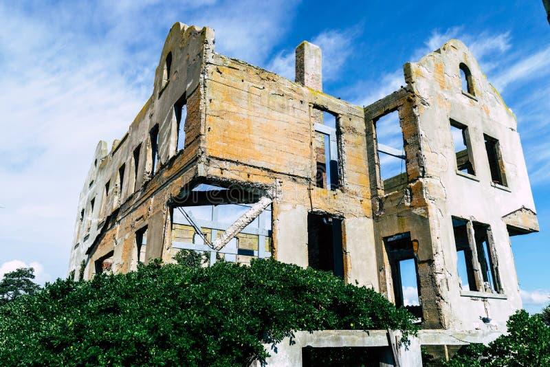 Alcatraz ö, övergav byggnader gammala väggar för tegelsten royaltyfri bild