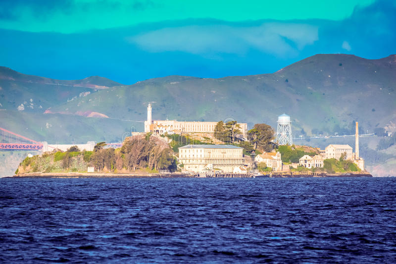 Alcatraz ö i Sanen Francisco Bay på soluppgång royaltyfri bild
