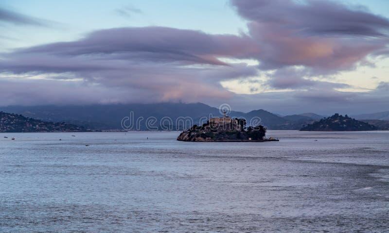 Alcatraz κάτω από τα σύννεφα ξημερωμάτων στοκ εικόνες