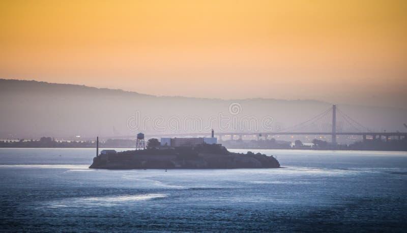 Alcatraz fängelseö som ses i San Francisco Bay på soluppgång royaltyfri bild