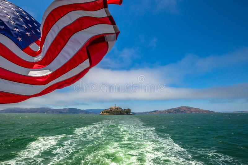 Alcatraz flaga amerykańska i wyspa zdjęcie stock