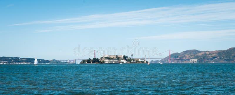 Alcatraz-Insel gesehen durch Golden gate bridge stockfotos