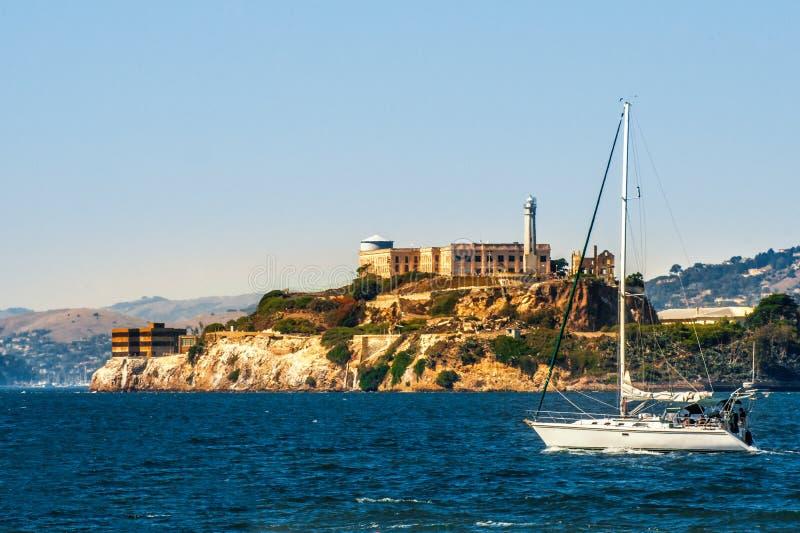 Alcatraz-Insel mit Gefängnis und Yacht in San Francisco Bay, Kalifornien, USA stockbilder