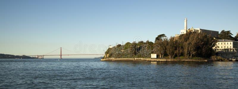 Alcatraz-Insel und Golden gate bridge lizenzfreie stockfotos