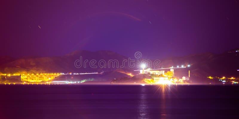 Alcatraz Insel und golden gate bridge in San Francisco Bay an n stockfotos