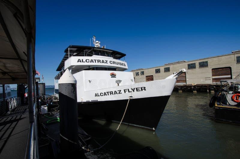 Alcatraz Pływa statkiem łódź Alcatraz ulotki, transportów gości i turystów, zdjęcie royalty free