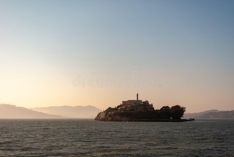 Alcatraz på skymning - i San den Franciscan ogenomskinligheten arkivbilder