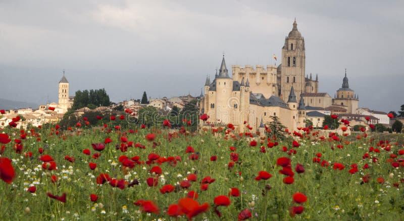 Alcazar e cattedrale di Segovia in primavera La Castiglia y Leon, Spagna immagine stock