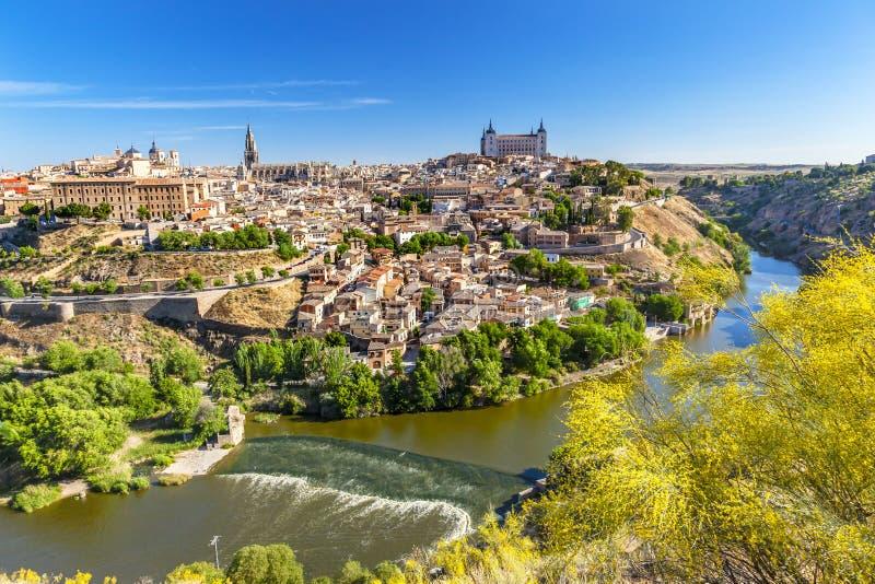 Alcazarfästningen kyrktar den medeltida staden Tagus River Toledo Spain arkivbilder