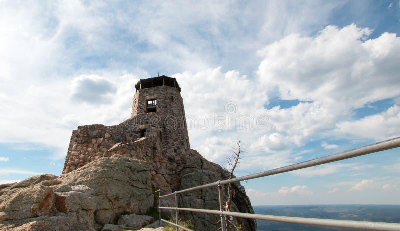 Alce Nero alza [precedentemente conosciuto come picco di Harney] la torre verticalmente dell'allerta del fuoco in Custer State Pa immagine stock