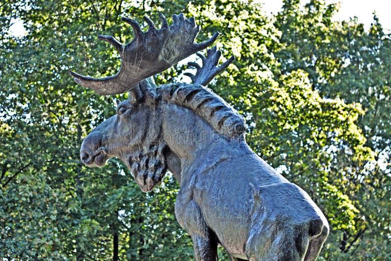 Alces de bronze em Vyborg foto de stock