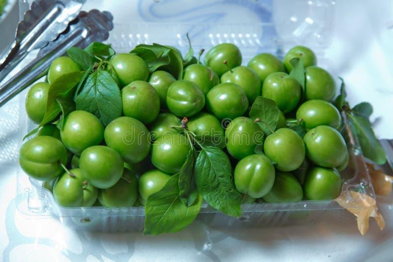 Alcha Montão do close-up verde orgânico fresco das ameixas para o fundo Qualidade e ameixas ácidas verdes animadores naturais pla foto de stock