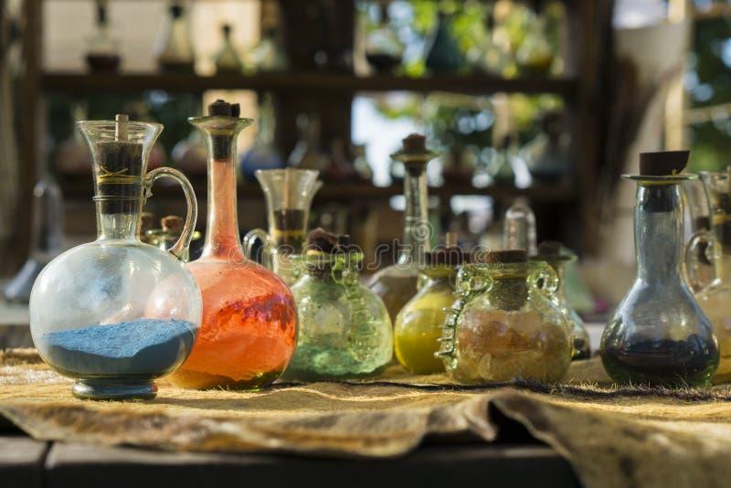 Alchemia di vetro d'annata delle bottiglie e delle fiale fotografia stock libera da diritti