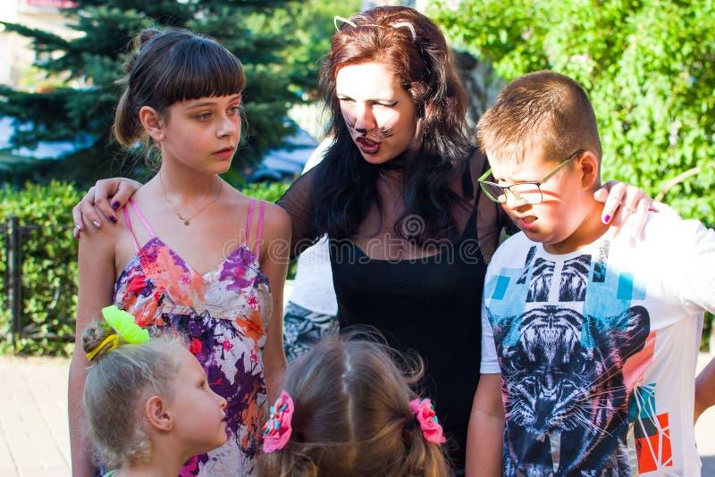 Alchevsk, de Oekraïne - Augustus 3, 2017: Groep die jonge geitjes hun partij van de vrienden` s verjaardag vieren stock foto