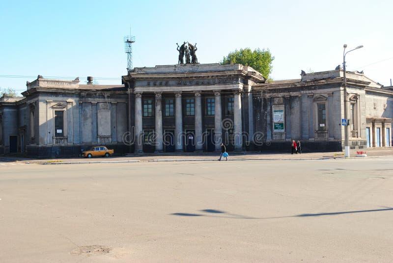 Alchevsk, de Oekraïne - Oktober 14, 2010: De bouw van de vroegere bioskoop Metallurg - 1950 royalty-vrije stock foto