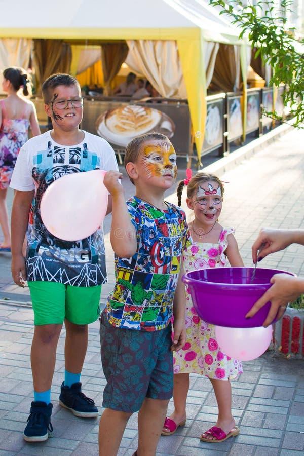 Alchevsk, Ucraina - 3 agosto 2017: Partito del ` s dei bambini, bolle di sapone del fermo immagini stock libere da diritti