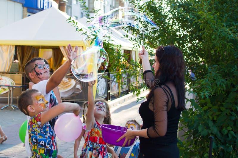 Alchevsk, Ucraina - 3 agosto 2017: Partito del ` s dei bambini, bolle di sapone del fermo fotografia stock libera da diritti