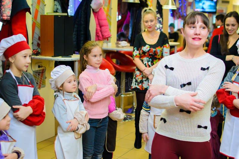 Alchevsk, Ucrania - 21 de enero de 2018: Los niños bajo la forma de cocineros están jugando y están bailando fotografía de archivo libre de regalías