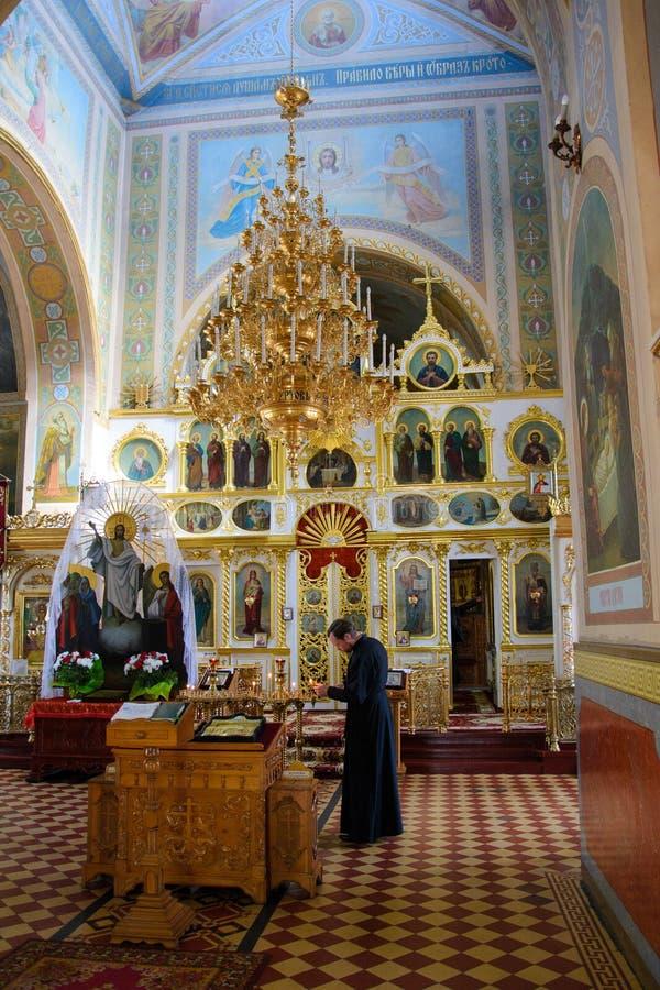 Alchevsk Ukraina, Kwiecień, - 28, 2017: Ślubna ceremonia dla nowożeńcy w kościół obrazy royalty free