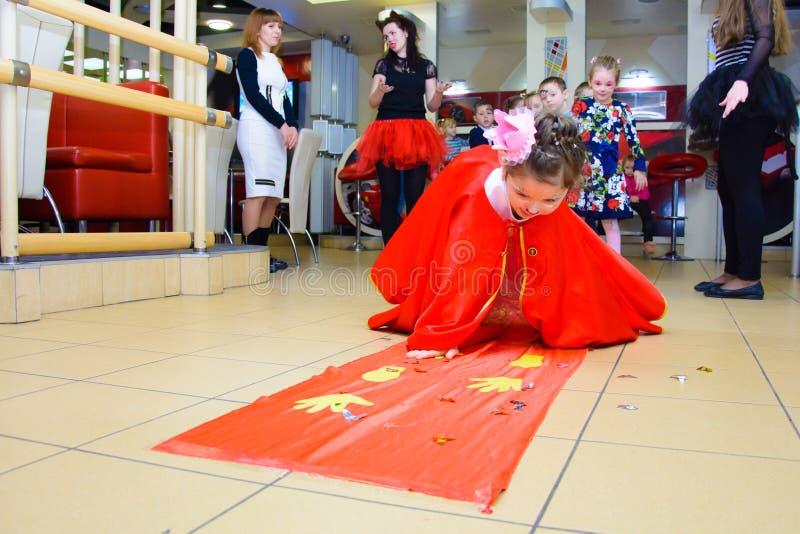 Alchevsk Ukraina - mars 11, 2018: barn med målade framsidor spelar med tecknare i dräkter fotografering för bildbyråer