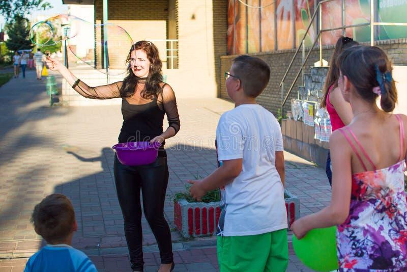Alchevsk, Ukraine - 3 août 2017 : Partie du ` s d'enfants, bulles de savon de crochet photographie stock