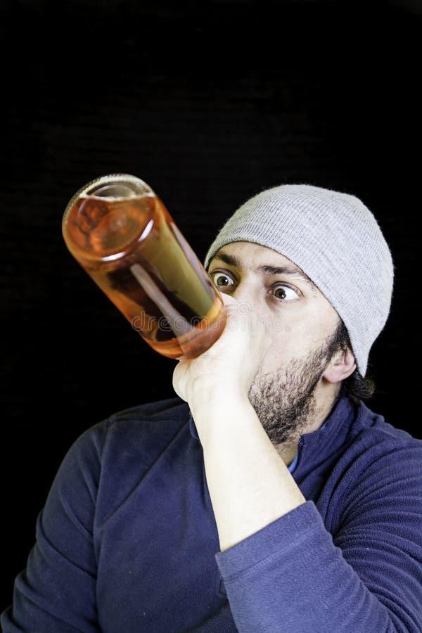 Alcoólico bebendo do homem imagem de stock royalty free