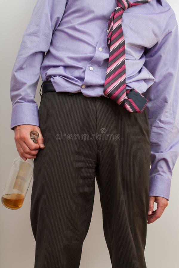 Alcoólico de Businesmann com garrafa vazia foto de stock