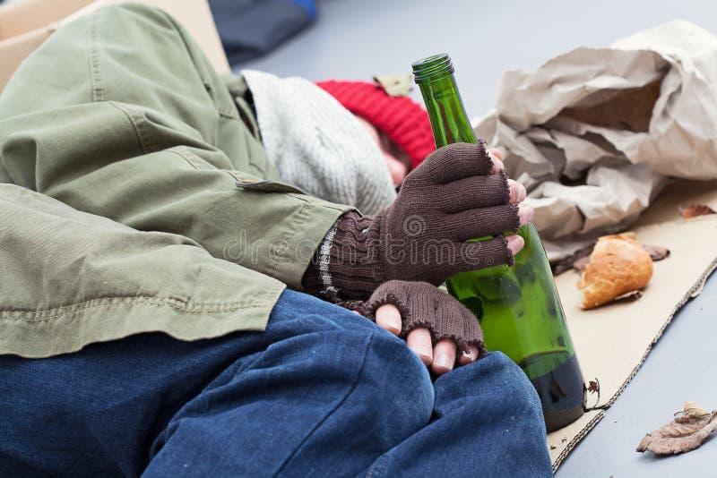 Alcoólico desabrigado em uma rua fotografia de stock