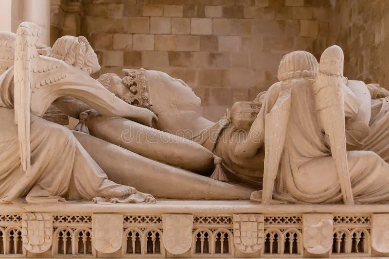 Alcobaca, Portugal - 17 juillet 2017 : Tombe gothique de la Reine Ines de Castro avec l'effigie couch?e et les anges Monast?re de photographie stock libre de droits