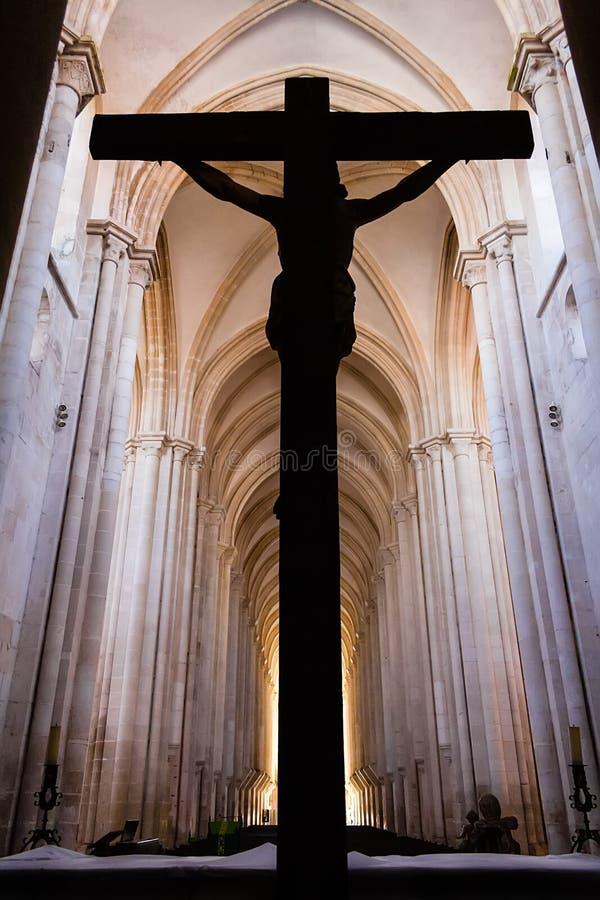 Alcobaca, Portugal Le crucifix avec Jesus Christ a cloué à la croix Monastère d'abbaye d'Alcobaca images libres de droits