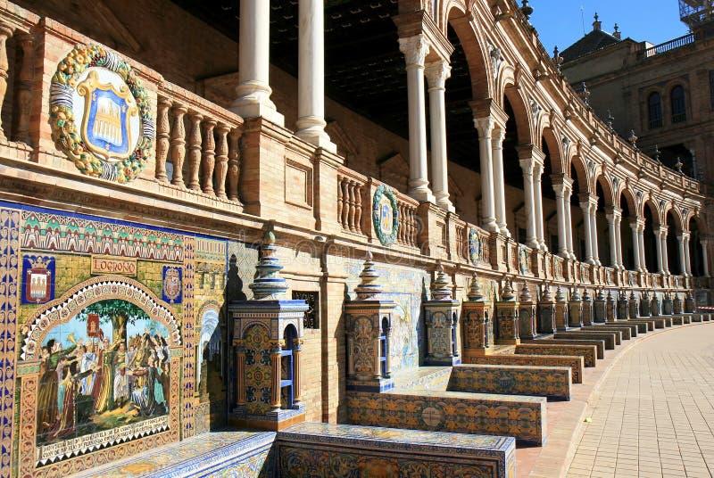 Alcobas embaldosadas, Plaza de Espana, Sevilla, España imagenes de archivo
