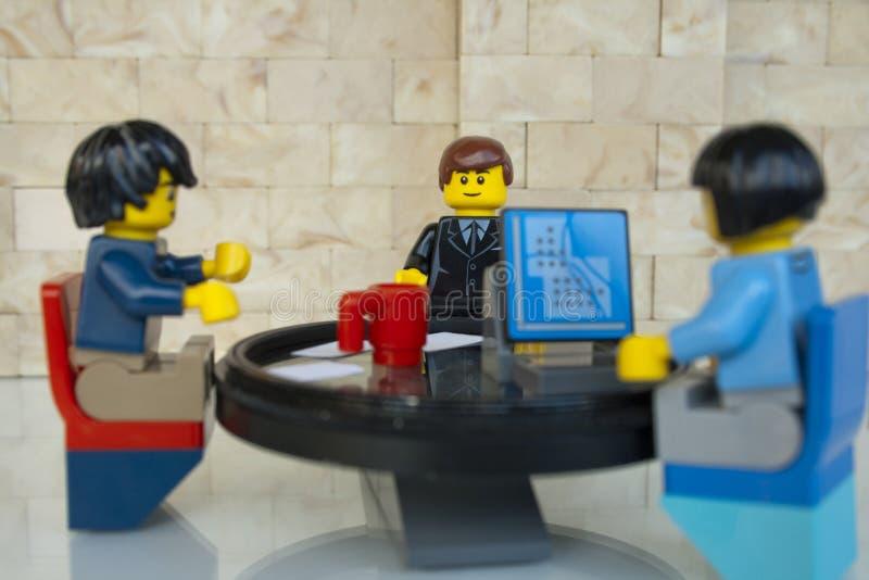 Alcobendas, Espagne - 14 mai 2018 : Équipe travaillante, travaillant ensemble autour d'une table ronde Concept de minifigures de  photo libre de droits