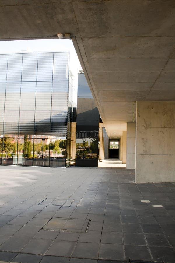 Alcobendas, Spagna - 16 aprile 2017: Biblioteca costruita in cemento e vetro grigi immagine stock