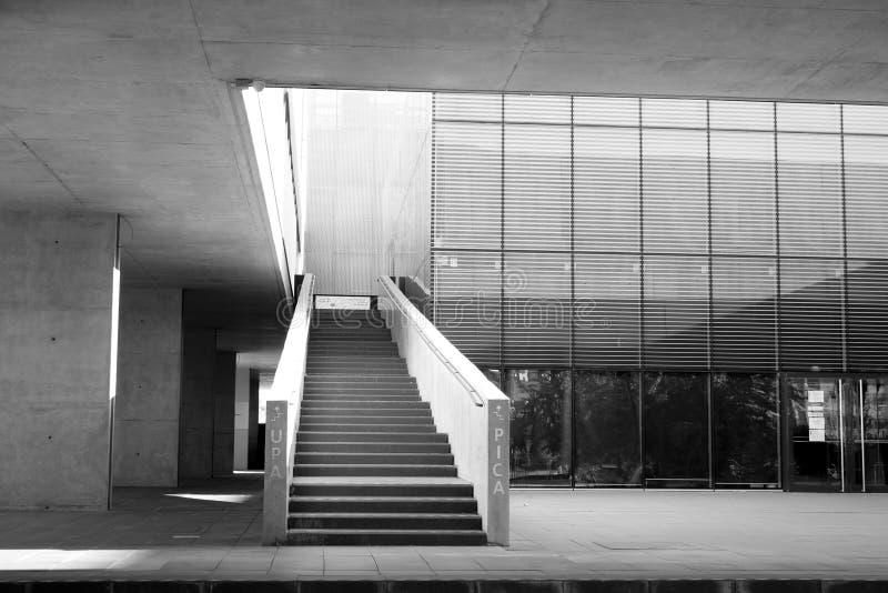 Alcobendas, Spagna - 16 aprile 2017: Calcestruzzo e costruzione metallica del cemento della scala in locali della biblioteca in b fotografia stock libera da diritti