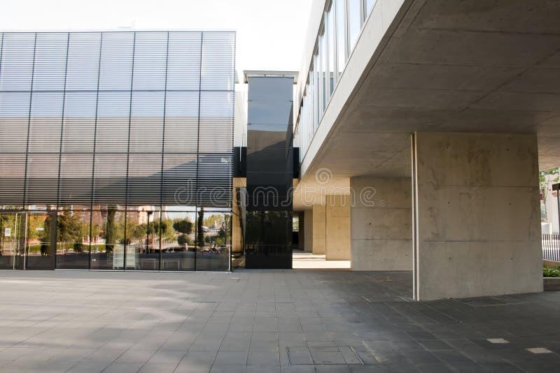 Alcobendas, Spagna - 16 aprile 2017: Calcestruzzo e costruzione metallica del cemento in locali della biblioteca fotografie stock libere da diritti