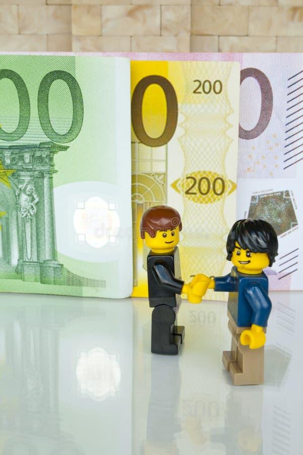 Alcobendas, Spagna - 14 maggio 2018: La stretta di mano per un accordo sul fondo delle fatture, minifigures di Lego ? fabbricata  immagini stock