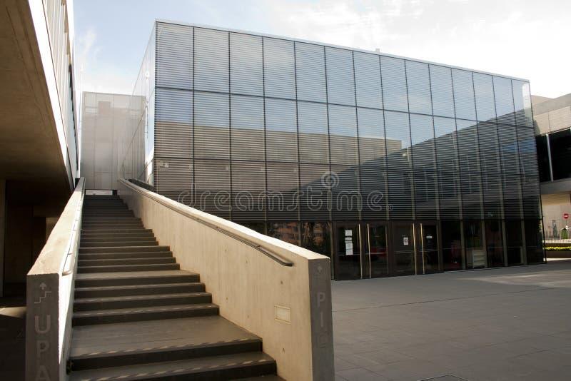 Alcobendas Spanien - April 16, 2017: Trappuppgångcementbetong och metallstruktur i arkivbyggnad royaltyfria bilder