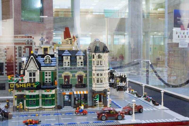 Alcobendas SPANIEN, Oktober 19, 2018 Byggnader i en utst?llning av Lego City royaltyfria bilder