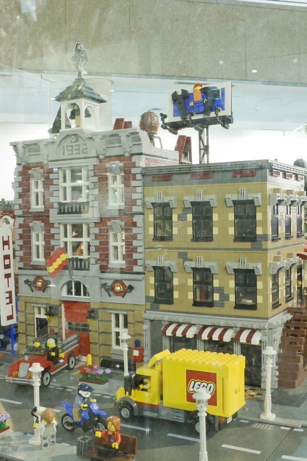 Alcobendas SPANIEN, Oktober 19, 2018 Byggnader i en utst?llning av Lego City royaltyfri fotografi