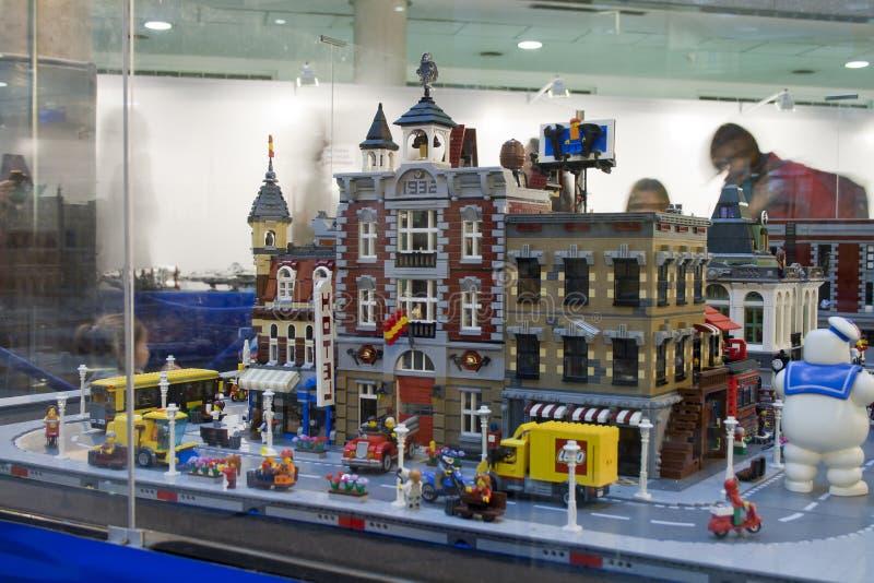 Alcobendas SPANIEN, Oktober 19, 2018 Byggnader i en utst?llning av Lego City royaltyfri foto