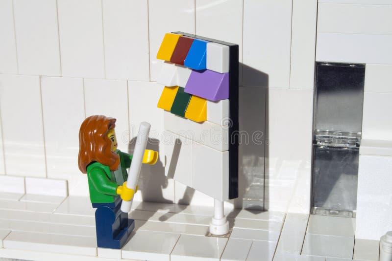 Alcobendas, Spanje - Februari 24, 2019 Vrouw het controleren aan raad van de scrum de kanban taak in bureau, Lego-minifigures wor stock afbeeldingen