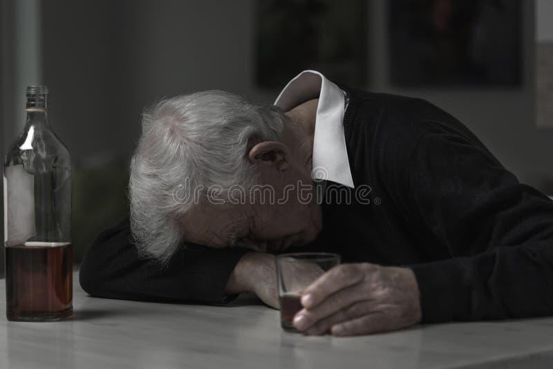 Alcohólico del viejo hombre fotos de archivo
