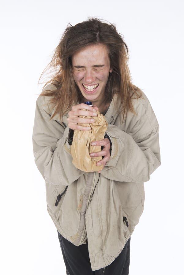 Alcohólico sin hogar joven que ríe por la euforia foto de archivo libre de regalías