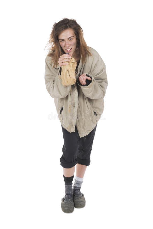 Alcohólico sin hogar joven que ríe por la euforia foto de archivo