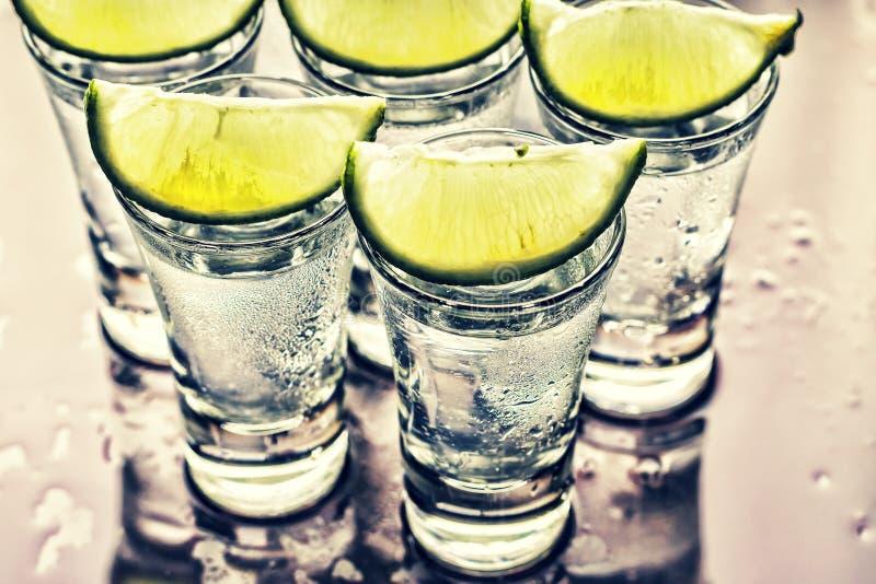 alcohol caipirinha, Wodka, Gin, Tequila, Eis, Kalk, Partei, Verein lizenzfreies stockfoto