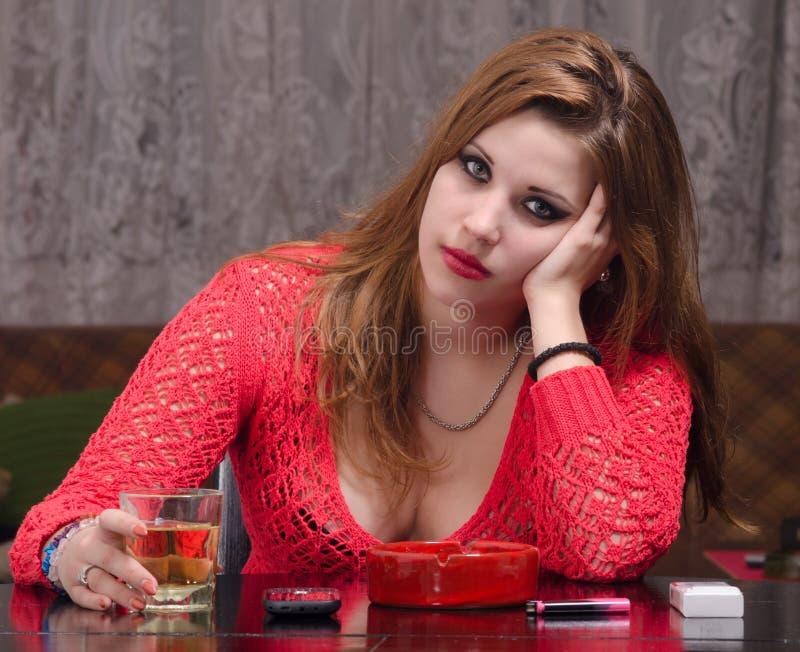 Alcohol de consumición de la mujer deprimida imagenes de archivo