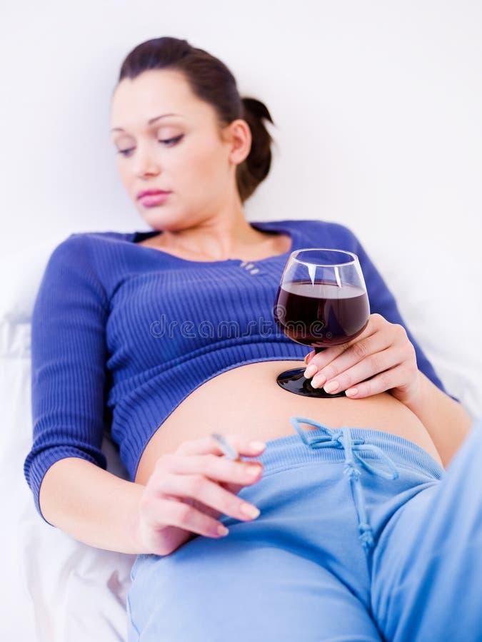 Alcohol de consumición de la mujer embarazada foto de archivo libre de regalías