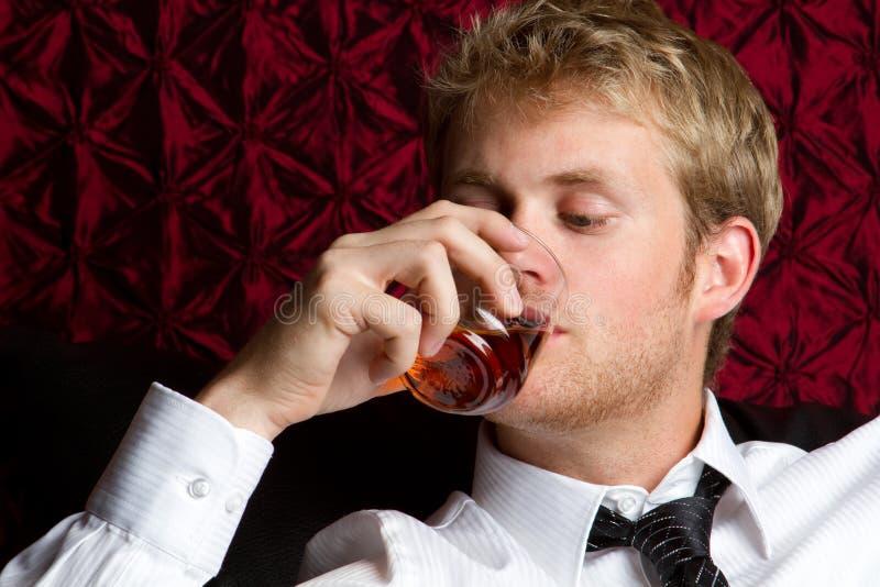 Alcohol de consumición del hombre imagenes de archivo